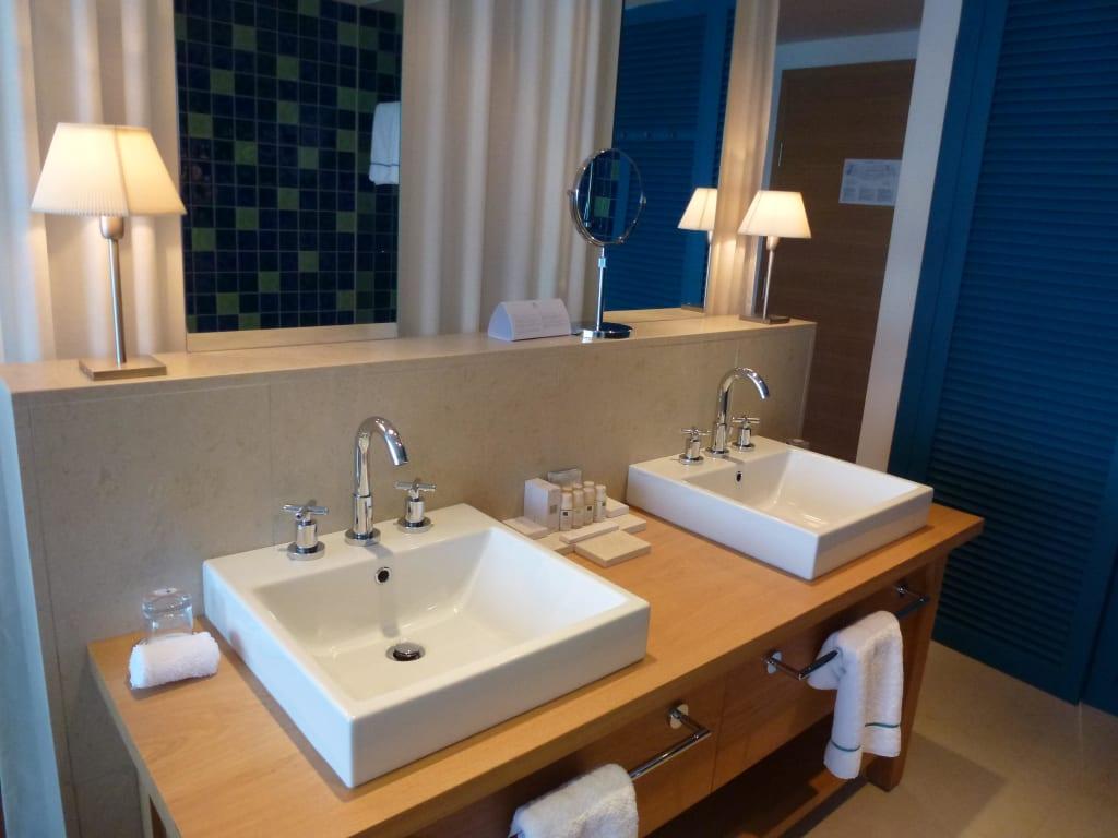 bild doppelwaschbecken in offenem bad zu falkensteiner hotel spa iadera in petrcane. Black Bedroom Furniture Sets. Home Design Ideas