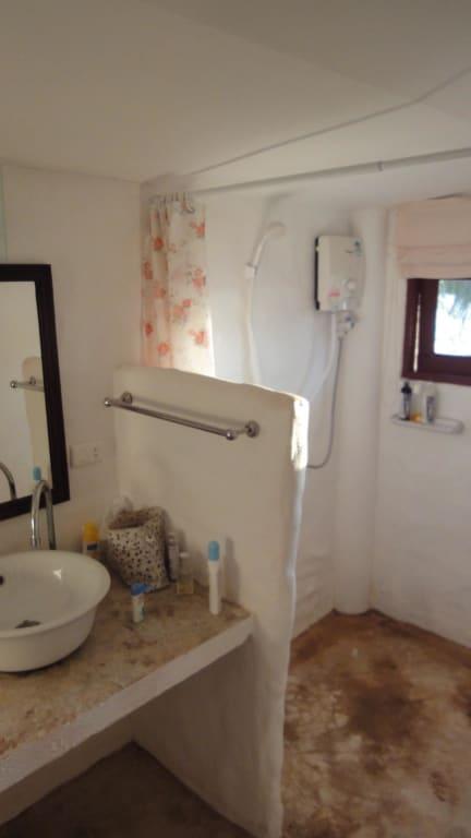 bild badezimmer nicht schmutzig spezieller stein zu lazy day bungalows in koh mak. Black Bedroom Furniture Sets. Home Design Ideas