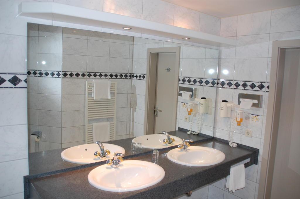 Bild doppelwaschbecken im gro en badezimmer zu best for Badezimmer doppelwaschbecken