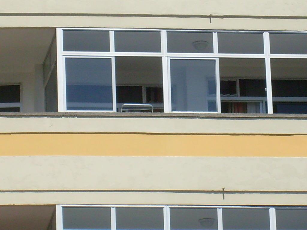 bild unser balkon mit fenster zum schlie en zu hotel maritim playa in playa del ingles. Black Bedroom Furniture Sets. Home Design Ideas