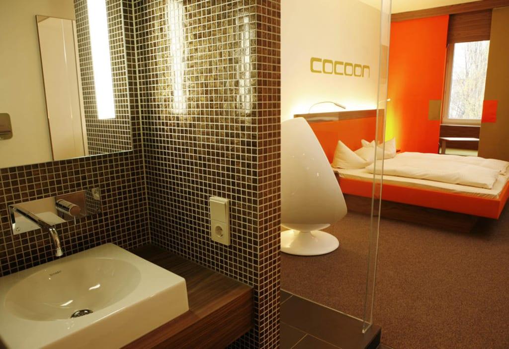 bild das offene design bad mit raindance dusche zu hotel cocoon sendlinger tor in m nchen. Black Bedroom Furniture Sets. Home Design Ideas