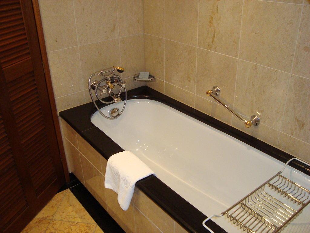bild badewanne mit richtig hei em wasser zu hotel castillo son vida in palma de mallorca. Black Bedroom Furniture Sets. Home Design Ideas