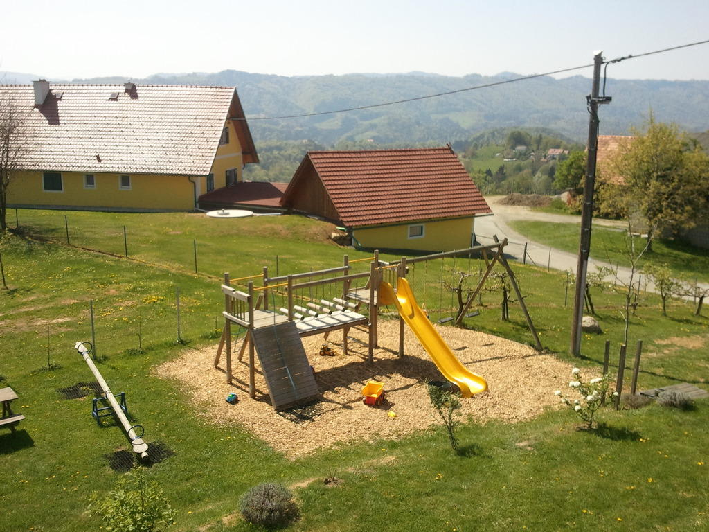 bild spielplatz im garten zu weingut kollerhof lieleg in. Black Bedroom Furniture Sets. Home Design Ideas