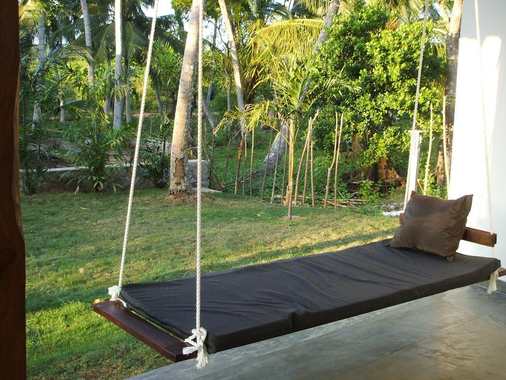 bild schaukelliege auf der terrasse zu sanjis the seaside cabanas in tangalle. Black Bedroom Furniture Sets. Home Design Ideas