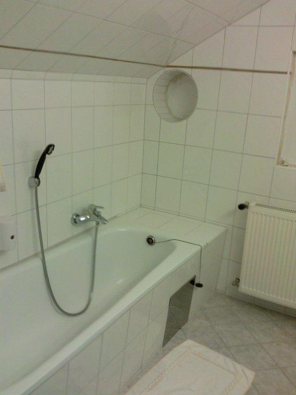 bild dusche in der dachschr ge ohne duschwand zu landhotel reiberstorfer in altm nster am traunsee. Black Bedroom Furniture Sets. Home Design Ideas