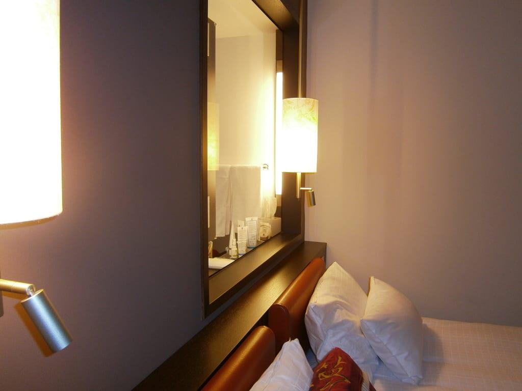 Bild bett mit badezimmer glas abtrennung zu hotel dolce for Dolce munich