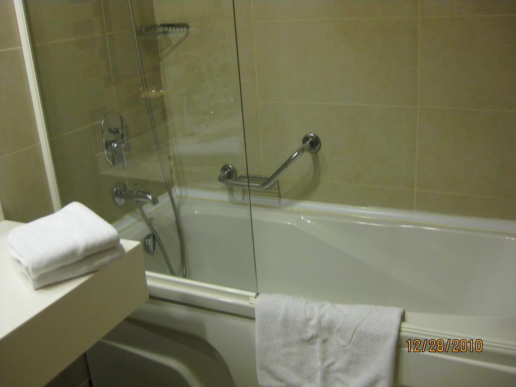 bild badewanne mit sehr hohem einstieg zu fantasia hotel de luxe in kusadasi. Black Bedroom Furniture Sets. Home Design Ideas