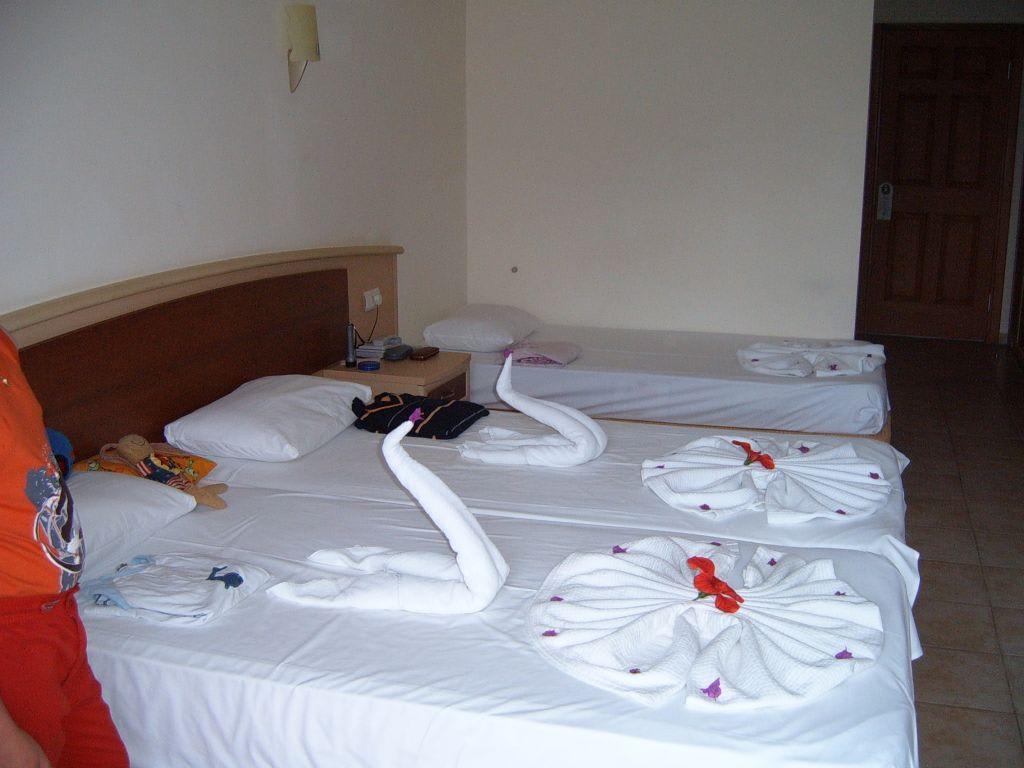 bild betten machen zu hotel horus paradise luxury resort. Black Bedroom Furniture Sets. Home Design Ideas
