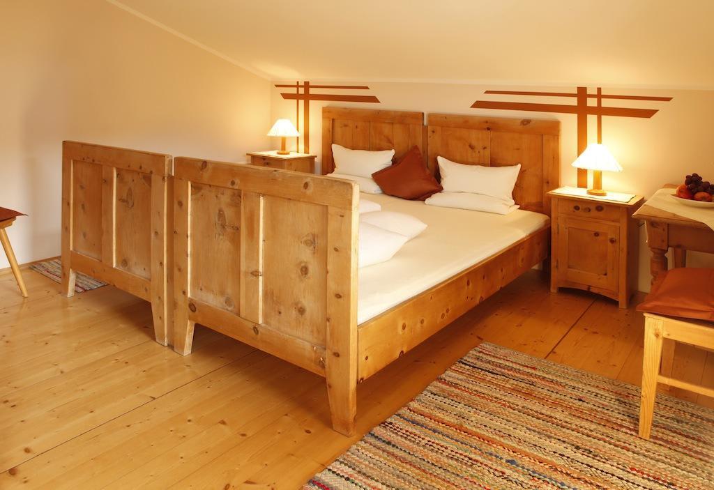 bild betten aus holz aus den zillertaler alpen zu. Black Bedroom Furniture Sets. Home Design Ideas