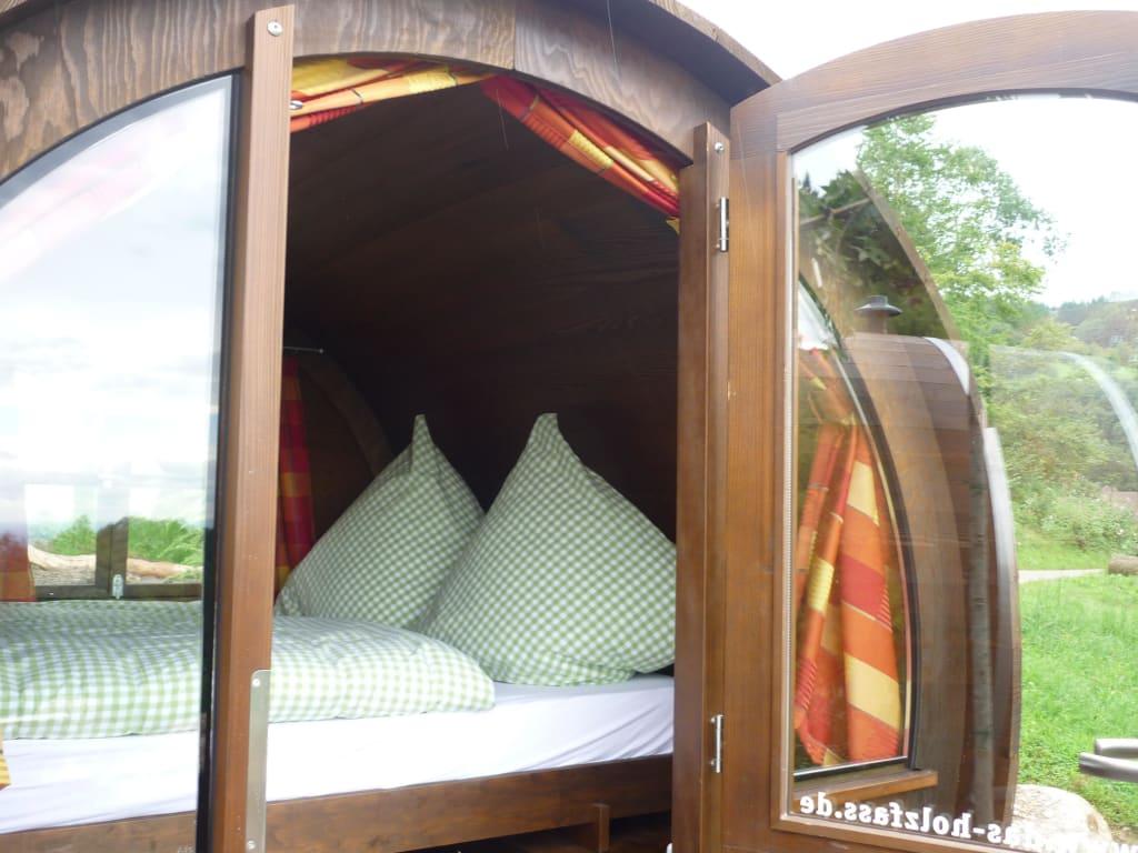 bild unser bett im weinfass zu ferienhof wild in sasbachwalden. Black Bedroom Furniture Sets. Home Design Ideas