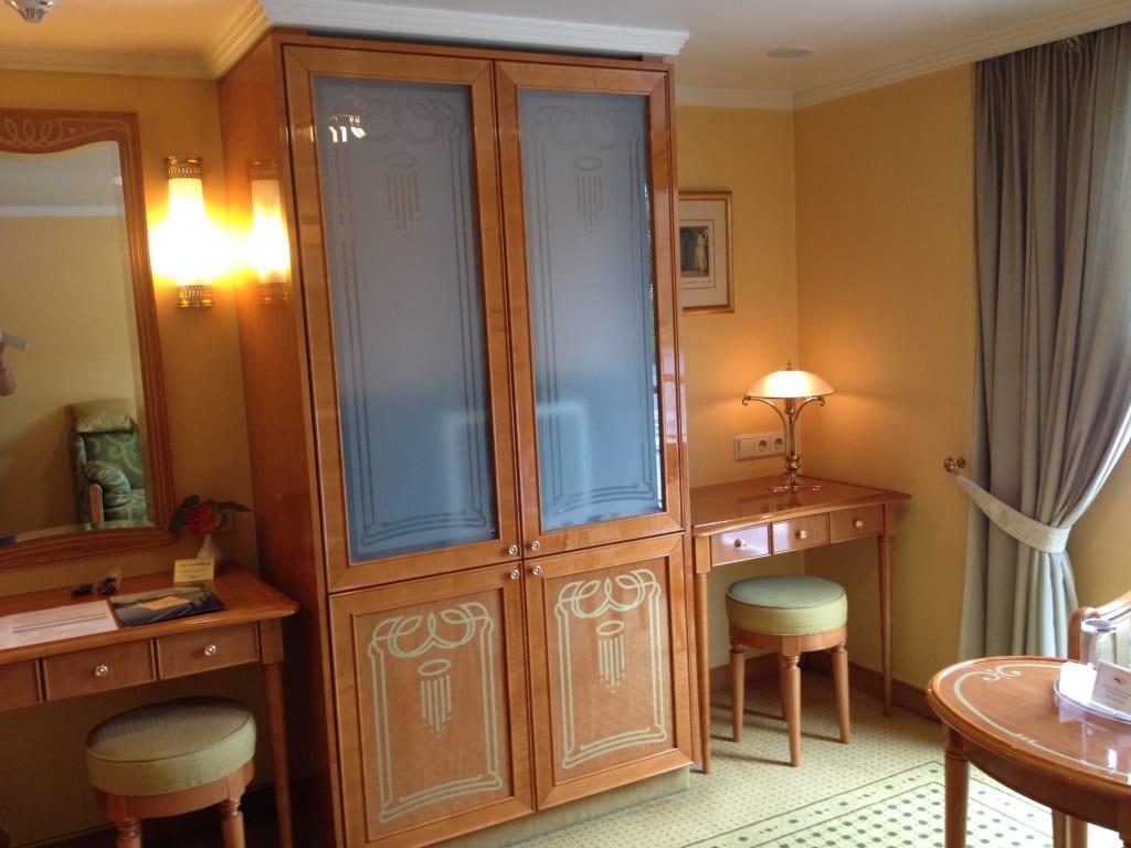 bild hinter dem glas versteckt sich der fernseher zu ms heidelberg in. Black Bedroom Furniture Sets. Home Design Ideas