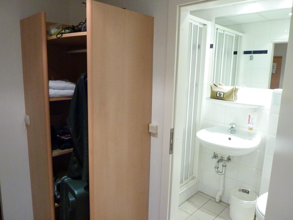 bild wandregal und bad zu hotel ibis dresden bastei in dresden. Black Bedroom Furniture Sets. Home Design Ideas
