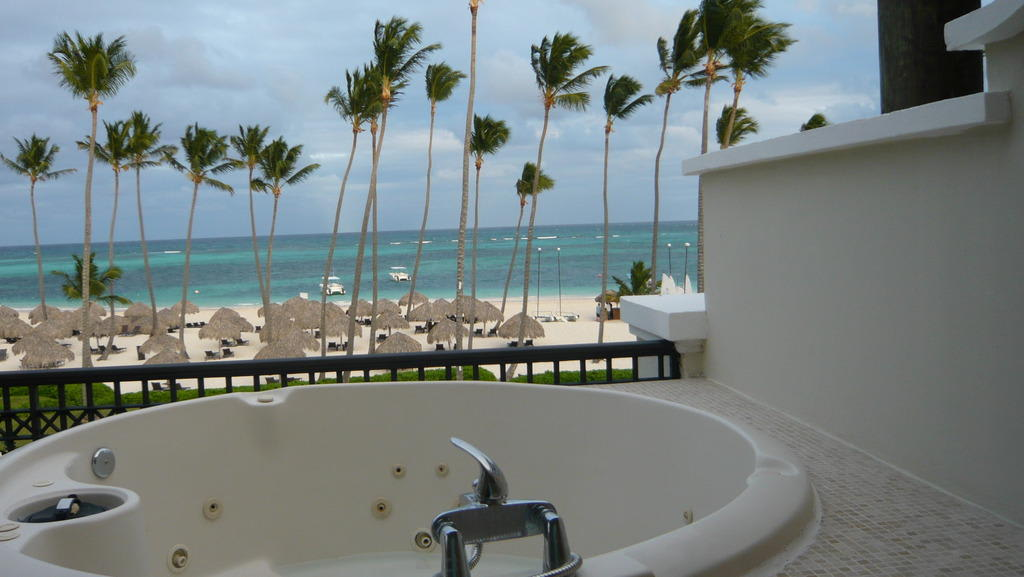 bild whirlpool auf dem balkon der master suite zu now larimar punta cana in bavaro. Black Bedroom Furniture Sets. Home Design Ideas
