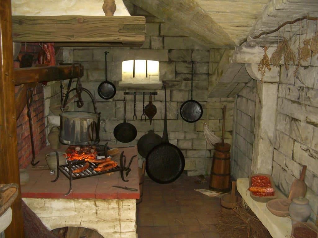 bild alte k che mit bratw rsten zu 1 deutsches bratwurstmuseum in amt wachsenburg. Black Bedroom Furniture Sets. Home Design Ideas