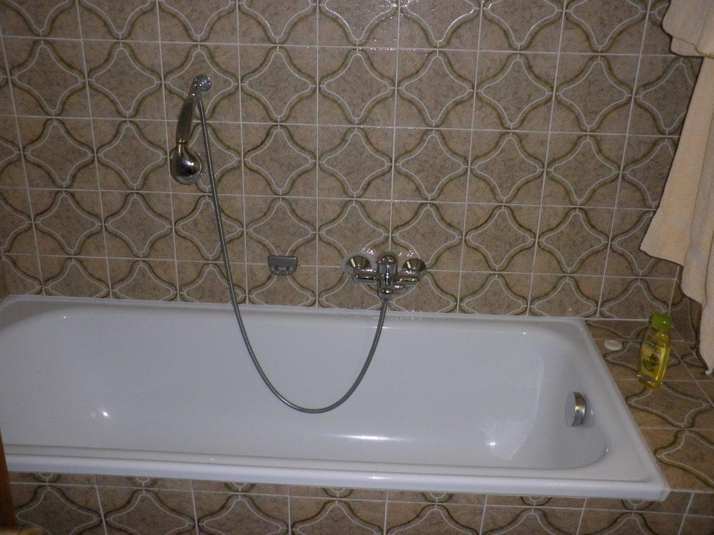 bild dusche ohne seifenschale oder haltegriffe zu hotel. Black Bedroom Furniture Sets. Home Design Ideas