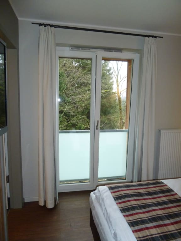 bild bodentiefe fenster zu torfhaus harzresort in altenau. Black Bedroom Furniture Sets. Home Design Ideas