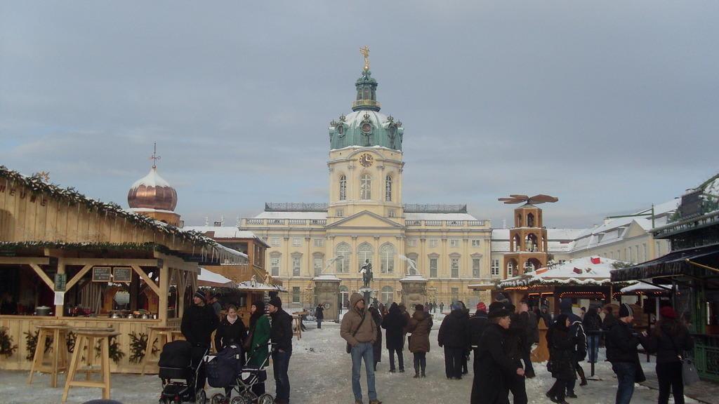 Weihnachtsmarkt Schloss Charlottenburg.Bild Schloss Mit Weihnachtsmarkt Zu Schloss Charlottenburg In