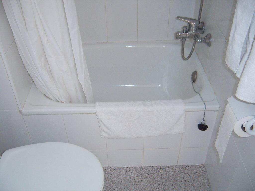 bild kleine badewanne zu js hotel horitz in can picafort. Black Bedroom Furniture Sets. Home Design Ideas