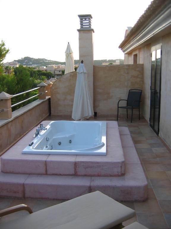 bild junior suite terrasse mit jacuzzi zu hotel lago garden in cala ratjada. Black Bedroom Furniture Sets. Home Design Ideas