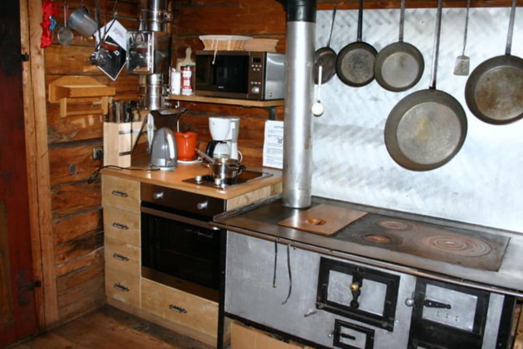 bild k che mit holzherd elektroherd backrohr und mikrowelle zu alfenalm ferienwohnungen. Black Bedroom Furniture Sets. Home Design Ideas