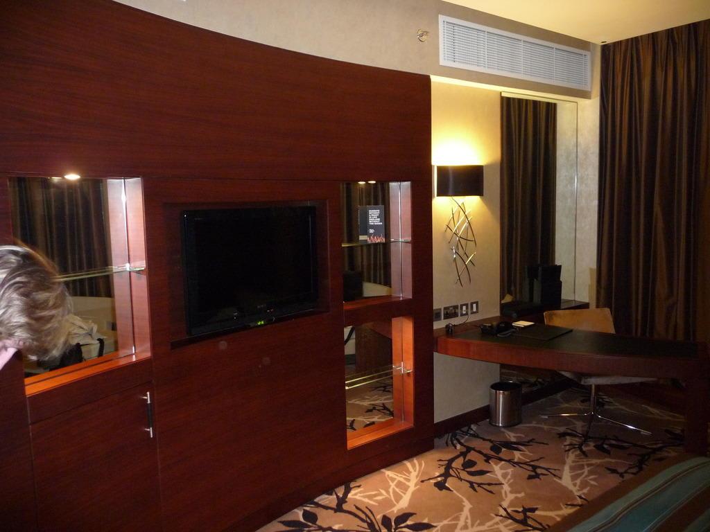 bild kleiner b rotisch zu hotel fairmont bab al bahr in abu dhabi. Black Bedroom Furniture Sets. Home Design Ideas