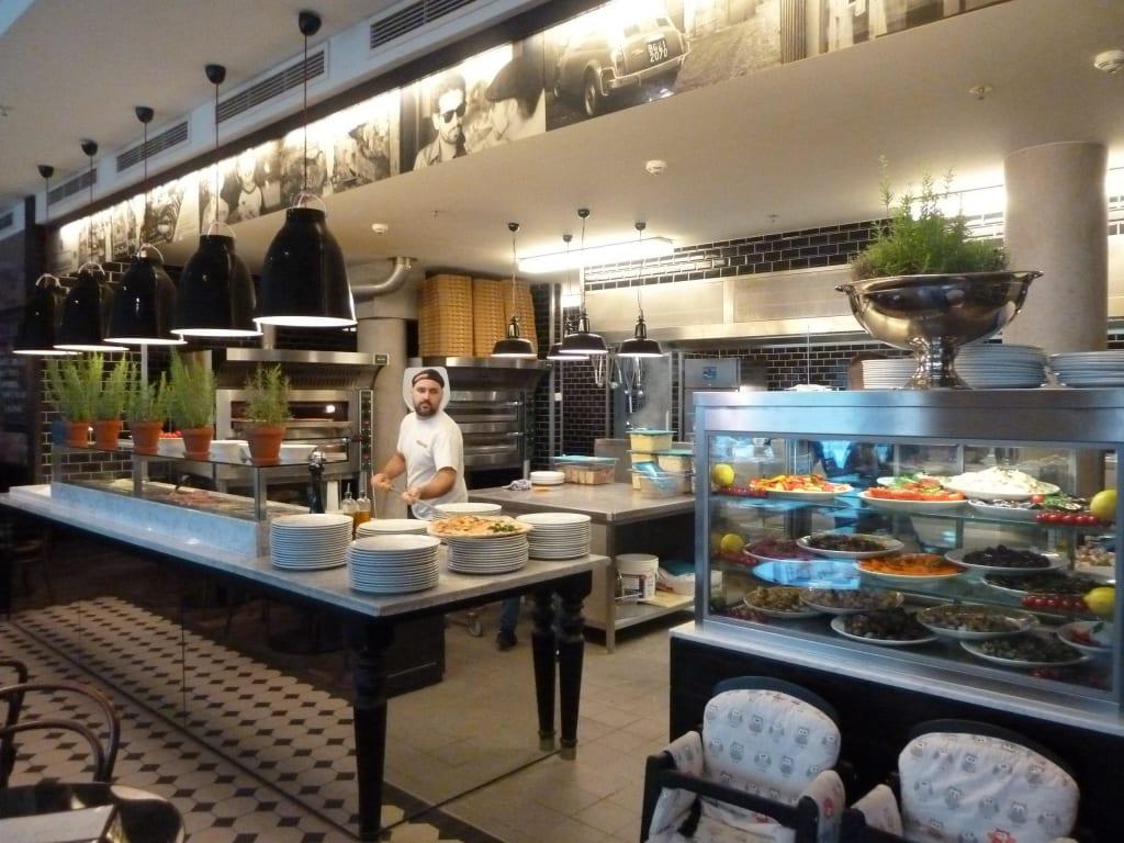 bild die offene k che zu restaurant l 39 osteria in hamburg. Black Bedroom Furniture Sets. Home Design Ideas