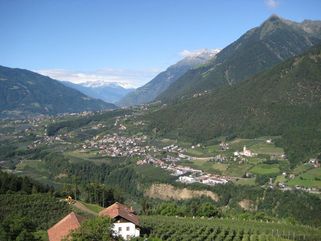 Bild blick nach dorf tirol zu hotel panorama in schenna for Dorf tirol designhotel
