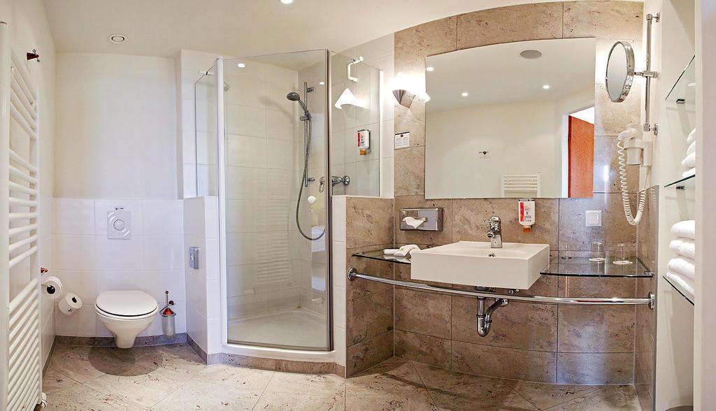 bild gro e badezimmer mit viel ablagefl che zu best. Black Bedroom Furniture Sets. Home Design Ideas