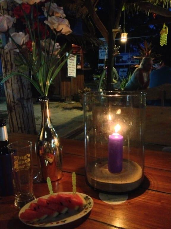 Bild Tischdeko Mit Kerze Und Blumen Zu Sing S Beach Bar In Hua Hin