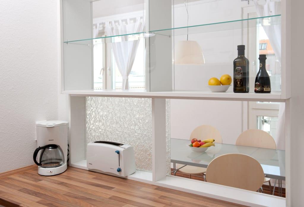 bild apartment 3 durchreiche von k che zum essbereich zu apartments am brandenburger tor in. Black Bedroom Furniture Sets. Home Design Ideas
