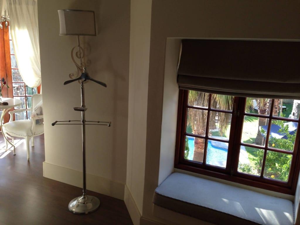 bild sitzbank im fenster mit ausblick zu hotel. Black Bedroom Furniture Sets. Home Design Ideas