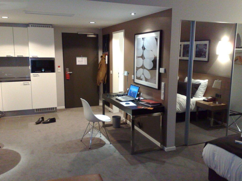 bild zimmer zu adina apartment hotel berlin hauptbahnhof in berlin mitte. Black Bedroom Furniture Sets. Home Design Ideas