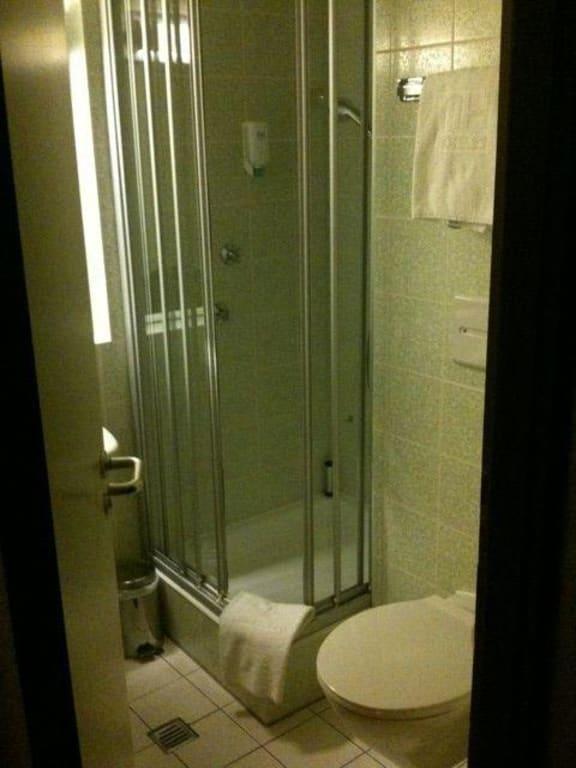 bild kleines dunkles badezimmer mit bl mchen fliesen zu. Black Bedroom Furniture Sets. Home Design Ideas