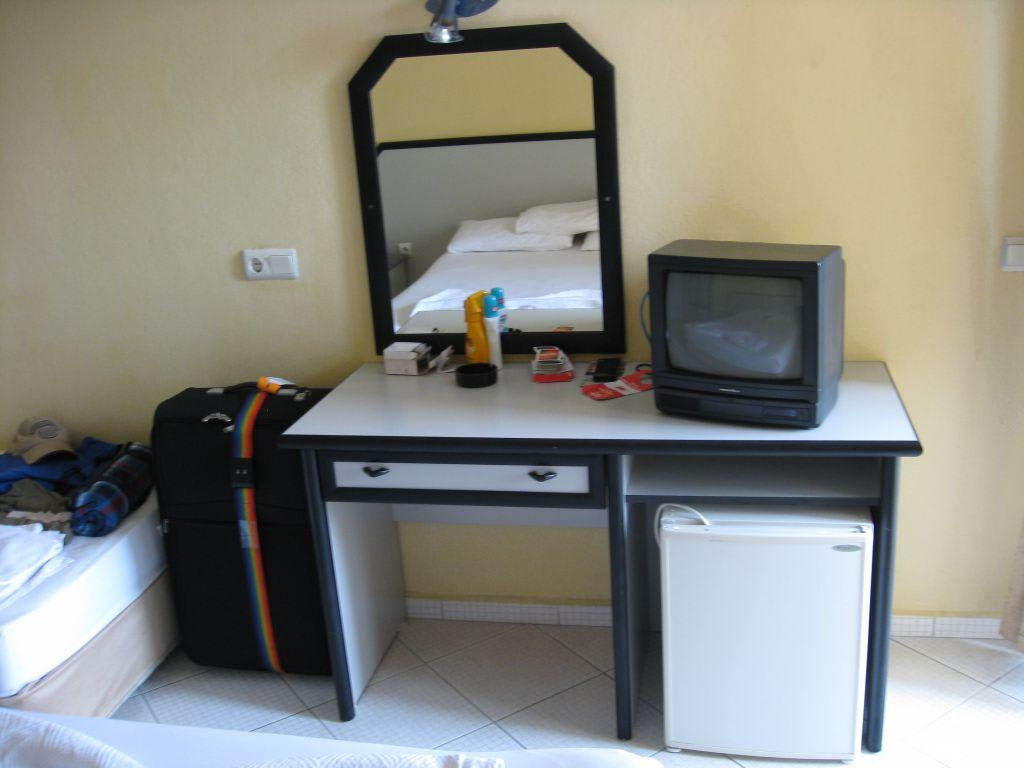 bild schminkschrank im zimmer zu hotel sahara in side. Black Bedroom Furniture Sets. Home Design Ideas
