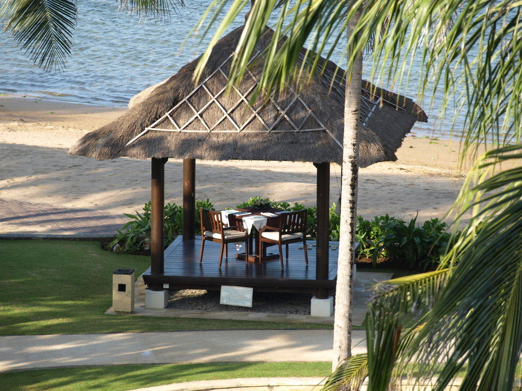 bild romantisches dinner am strand zu hotel conrad bali in nusa dua. Black Bedroom Furniture Sets. Home Design Ideas