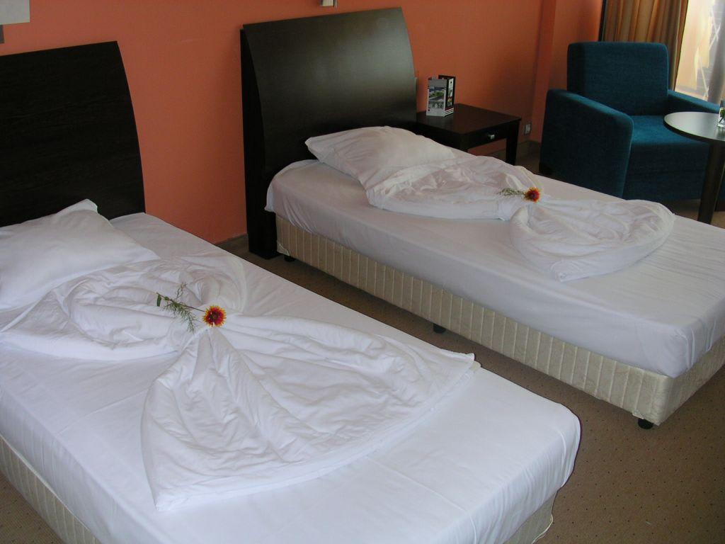 bild betten machen einmal anders zu hotel astera in goldstrand. Black Bedroom Furniture Sets. Home Design Ideas
