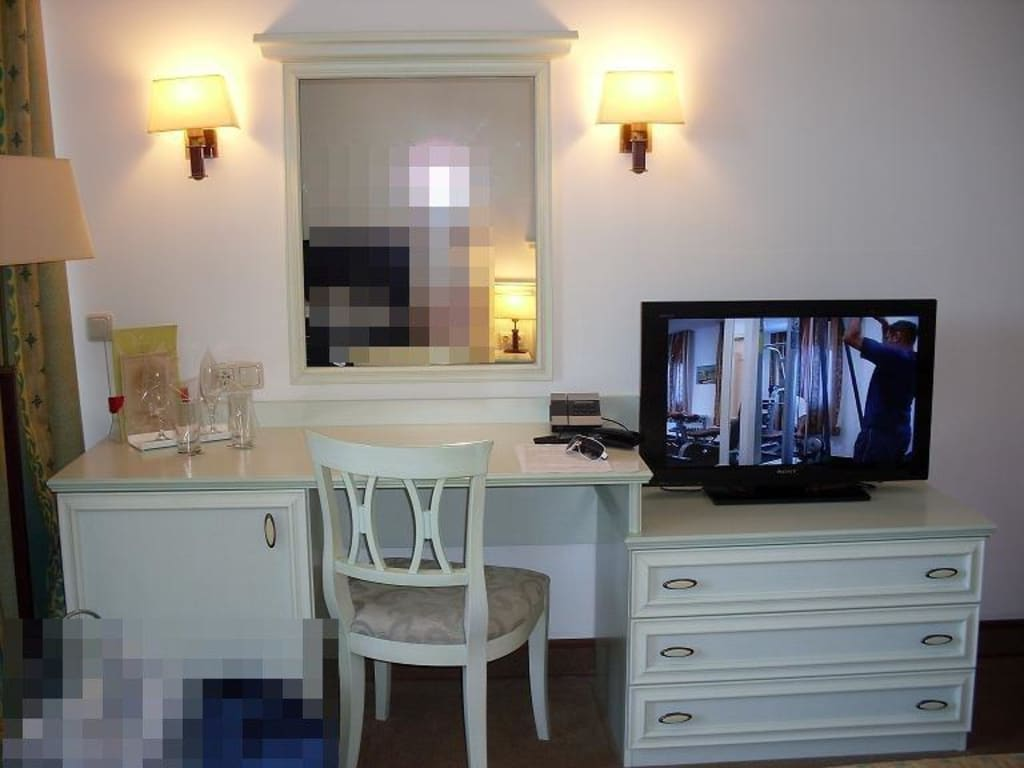 bild schminktisch moderner flachbildfernseh zu hotel. Black Bedroom Furniture Sets. Home Design Ideas