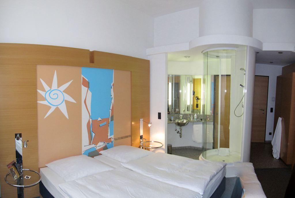 """Hotel Berlin Dusche Im Zimmer : Bild """"Dusche im Raum"""" zu Hotel INNSIDE Berlin in Berlin"""