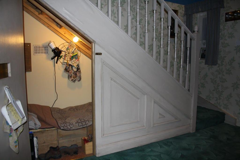 bild zimmer unter der treppe zu warner bros studio tour london the making of harry potter. Black Bedroom Furniture Sets. Home Design Ideas