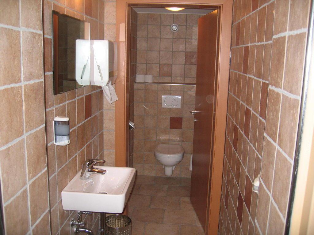 bild wc im keller neben der sauna zu hotel sonne in tux zillertal. Black Bedroom Furniture Sets. Home Design Ideas