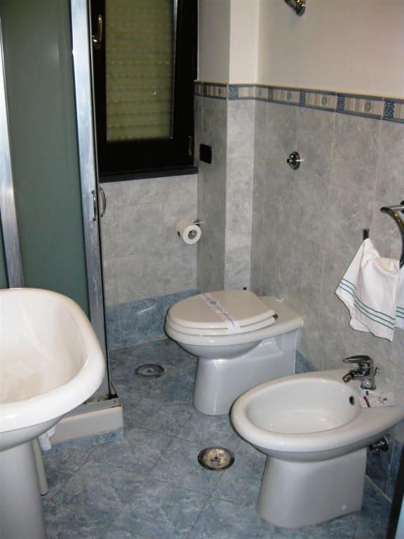bild bad mit wenig platz zwischen wc und dusche zu. Black Bedroom Furniture Sets. Home Design Ideas