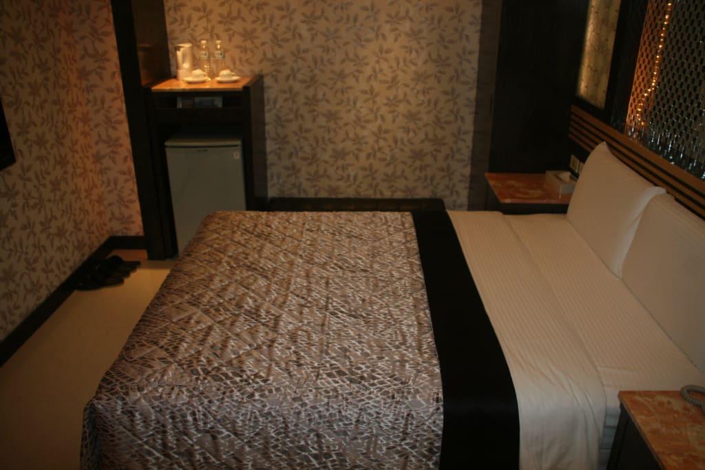 Bild Bett, links Kühlschrank, rechts hinten Schrank zu  -> Kühlschrank Friert Hinten