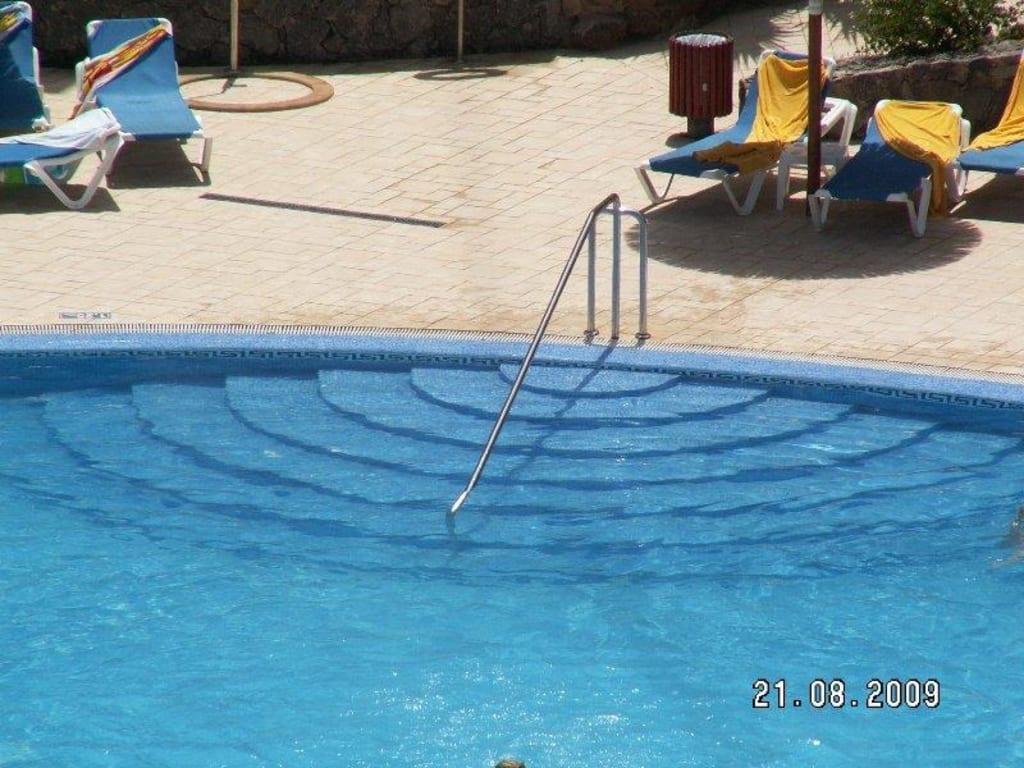 bild pool mit treppe und handlauf zu hotel elba carlota beach resort in caleta de fuste. Black Bedroom Furniture Sets. Home Design Ideas