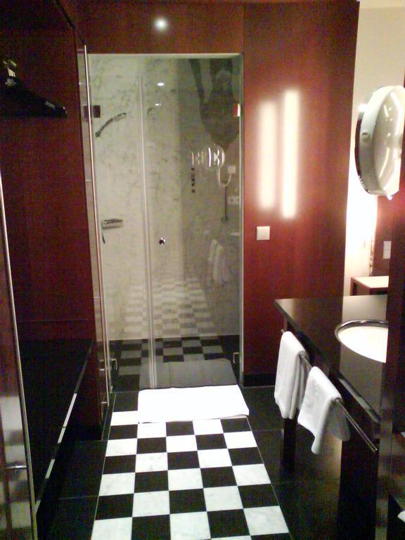 bild badezimmer nach renovierung blick in dusche zu grand hotel mussmann in hannover. Black Bedroom Furniture Sets. Home Design Ideas