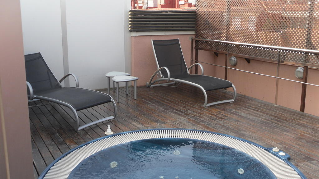 bild whirlpool auf dachterrasse zu hotel h10 itaca in. Black Bedroom Furniture Sets. Home Design Ideas