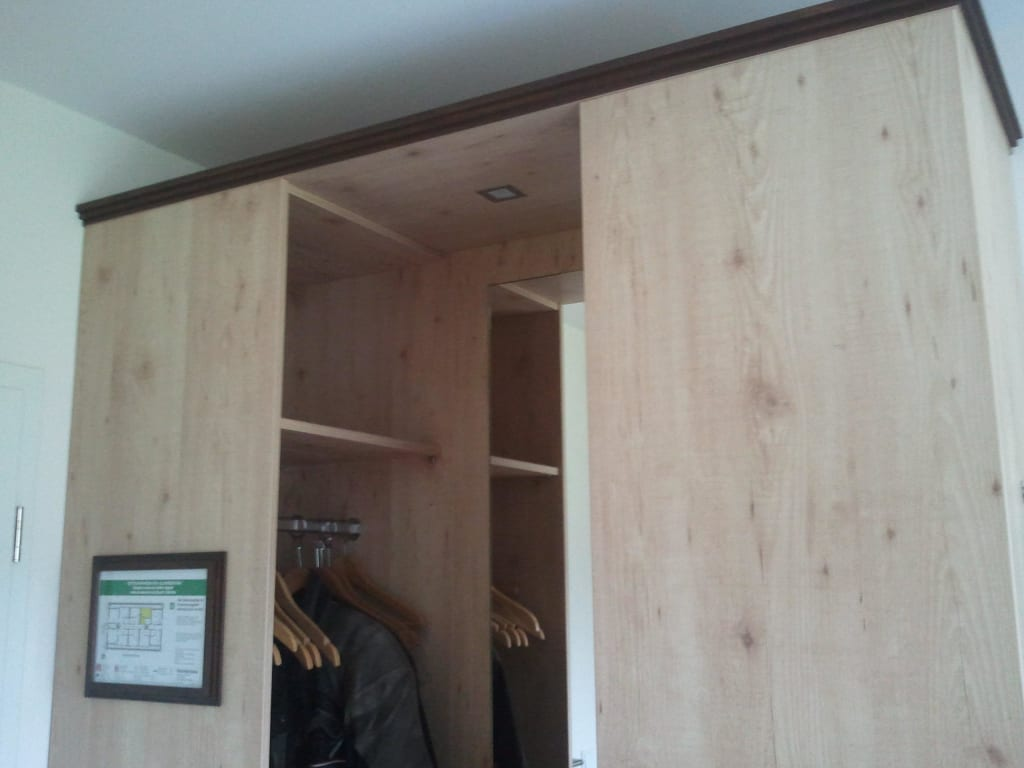 schlafzimmer ideen fur wenig platz finden und speichern. Black Bedroom Furniture Sets. Home Design Ideas