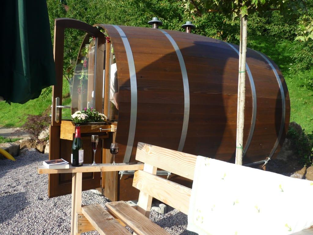 bild leckerer sekt trinken vor dem weinfass zu ferienhof. Black Bedroom Furniture Sets. Home Design Ideas