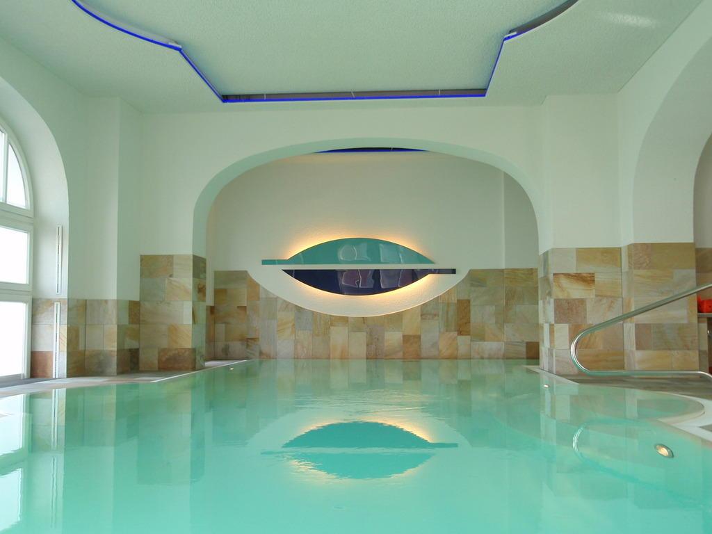 Bild schwimmbad zu strandhotel kurhaus juist in juist for Hotel juist schwimmbad