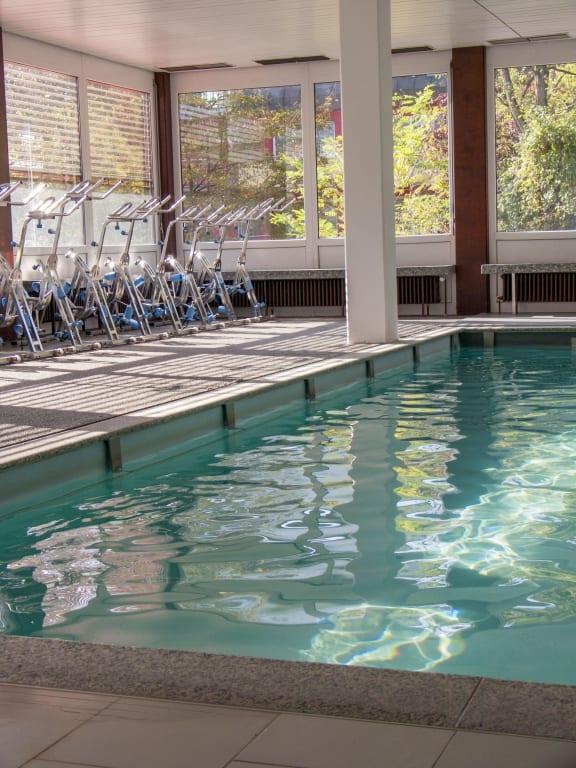 bild schwimmbad mit blick auf den sauna au en bereich zu vitalhotel k nig in bad mergentheim. Black Bedroom Furniture Sets. Home Design Ideas