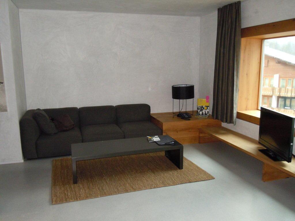 bild wohn esszimmer couchecke zu hotel rocksresort in laax. Black Bedroom Furniture Sets. Home Design Ideas